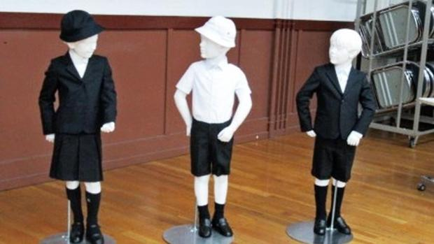 Uniformes de Armani que la a escuela elemental japonesa de Taimei pretende que lleven sus alumnos