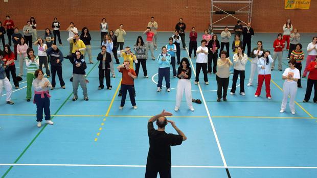 Un grupo de mayores hace gimnasia para mantenerse en forma