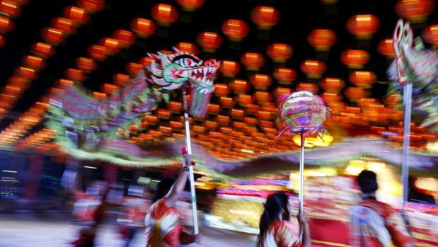 Bailarinas tailandesas interpretan el tradicional baile del Dragón que conmemora las celebraciones del inicio del Año Nuevo chino,