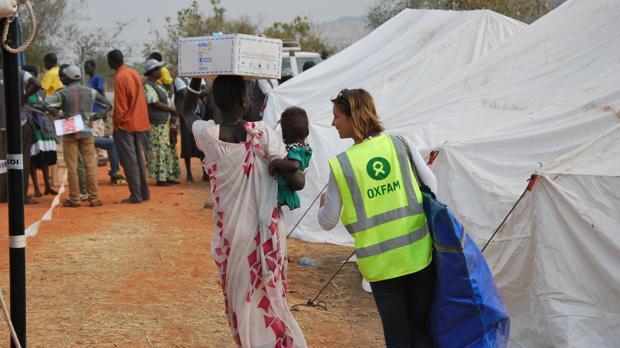 Trabajadores de Oxfam prestan ayuda en uno de sus campamentos
