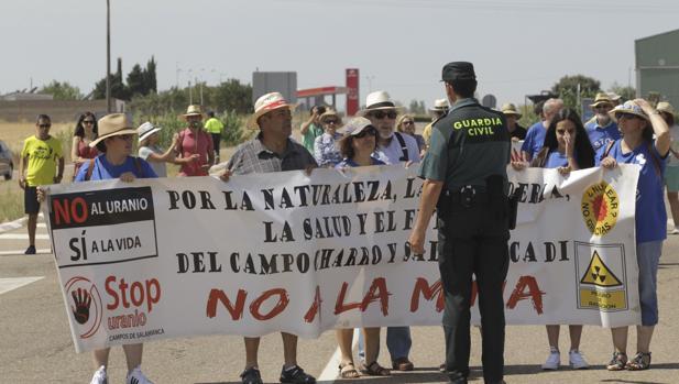 Protesta convocada por la plataforma Stop Uranio para pedir que la multinacional Berkeley abandone su proyecto de construir en el entorno del municipio salmantino de Retortillo la que sería única mina de uranio abierta en Europa