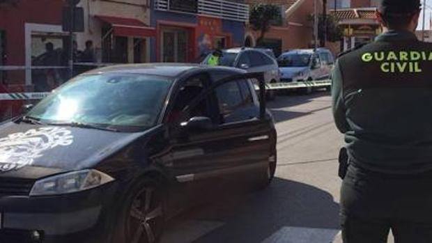 En la imagen, el coche de la víctima, en una zona acordonada