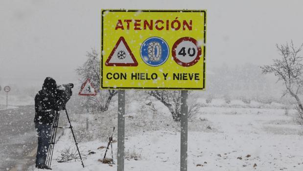 Un cámara graba un paisaje nevado cerca de la localidad de Utiel