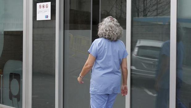 Una enfermera accediendo al centro de trabajo
