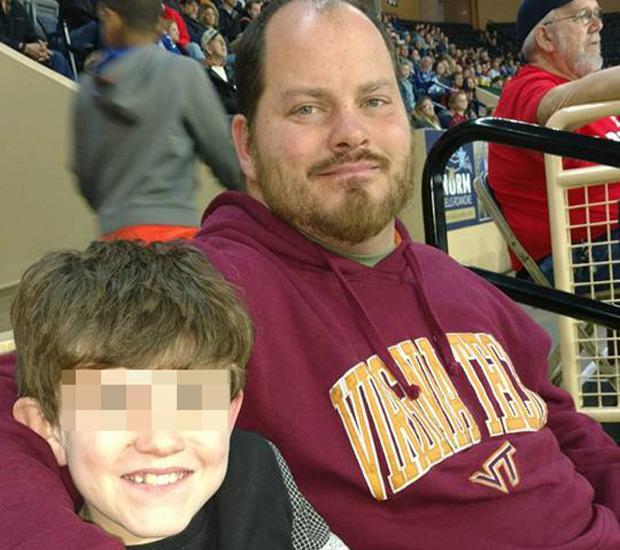 Bryan Thornhill junto a su hijo en una imagen de Facebook