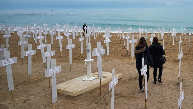 La playa del Fortí de Vinaròs acoge esta semana una «macroexposición» con 731 cruces que representan a las mujeres asesinadas en crímenes de violencia de género desde 2007