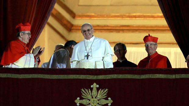 Imagen de hace cinco años: el Papa Francisco I (c), de 76 años, se dirige a miles de peregrinos reunidos en la Plaza de San Pedro, en El Vaticano, luego de ser elegido nuevo pontífice hoy, miércoles 13 de marzo de 2013. Es el Papa 266 de la Iglesia Católica y el primero de América Latina