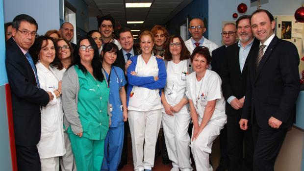 El presidente de Castilla-La Mancha durante una visita a un hospital de la Comunidad