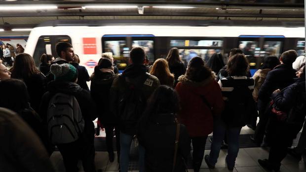 Vista del andén de una estación del metro madrileño