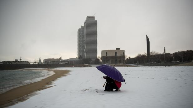 Nieve en la playa del Bogatell el pasado mes de febrero