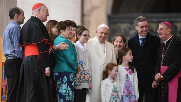 El Papa Francisco posa para una foto con varias familias irlandesas durante la audiencia general