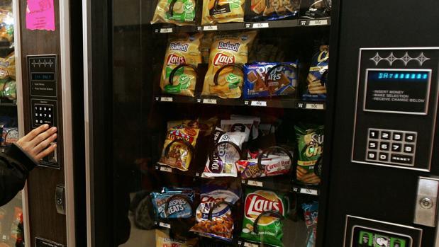 Máquina expendedora repleta de patatas fritas y dulces