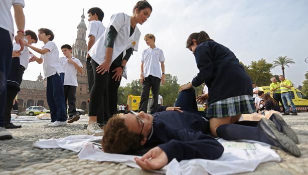Niños aprendiendo a practicar la reanimación cardiaca