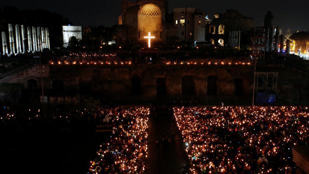 Vía Crucis en el Coliseo en Roma