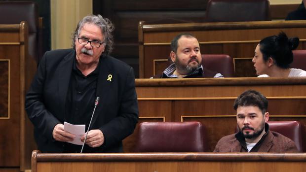 El portavoz de ERC, Joan Tardá (i), junto al portavoz adjunto de esta formación, Gabriel Rufián (d), durante su intervención en la sesión de control al Gobierno, en el Congreso