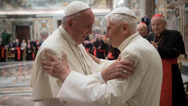Benedicto XVI recibe también visitas del Papa Francisco
