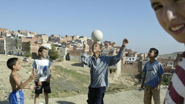 Un grupo de niños juegan al fútbol en Tánger