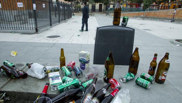 Restos de un botellón en la Plaza 2 de Mayo, en Madrid