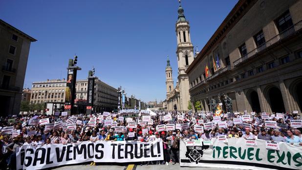 Miles de turolenses han protestado en las calles de la capital maña, Zaragoza