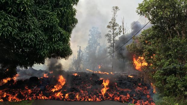 Una masa de lava corta una de las carreteras de Big Island, la mayor del archipiélago de Hawaii
