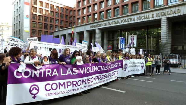 Un momento de la manifestación del movimiento feminista, frente al Ministerio de Sanidad