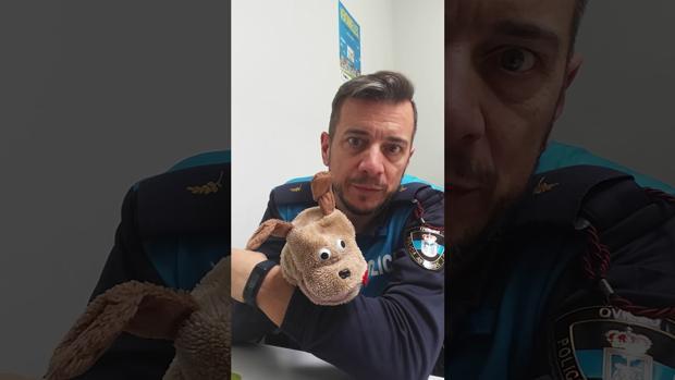 José Vázquez, un agente muy «marchoso», enseña seguridad vial en las aulas asturianas
