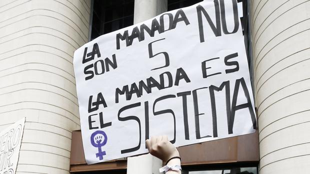 Un cartel de una manifestante a las puertas de la Audiencia Provincial de Navarra, el pasado 27 de abril, en plena resaca por la sentencia de «La Manada», dictada por abuso sexual y no agresión sexual