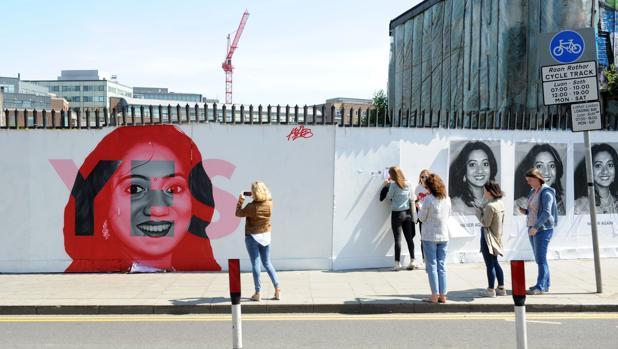 Mujeres fotografían un mural de la campaña a favor del aborto en Dublín