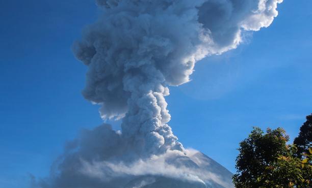 El volcán Merapi expulsa cenizas volcánicas, en una fotografía tomada desde Cangkringan, en Yogyakarta (Indonesia), este virnes 1 de junio de 2018
