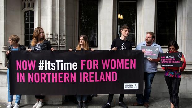 Protesta en la entrada del Tribunal Supremo en Londres en contra de la ley del aborto de Irlanda del Norte
