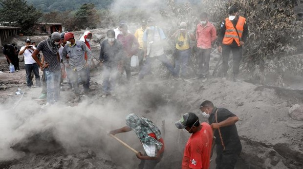 Un grupo de vecinos buscan a familiares desaparecidos debajo de la lava y de la ceniza