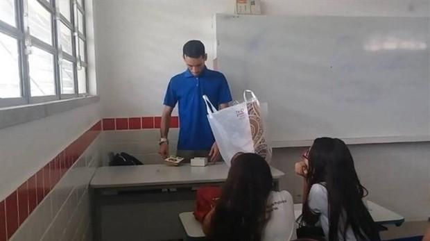 Captura de pantalla de la grabación en que el profesor recibe el dinero recolectado por sus alumnos
