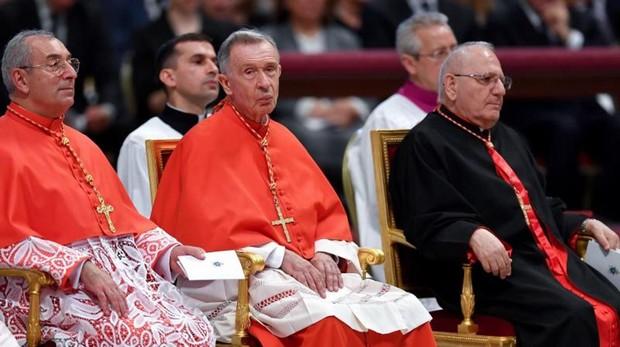 El Papa impone la birreta a los españoles Luis Ladaria y Aquilino Bocos