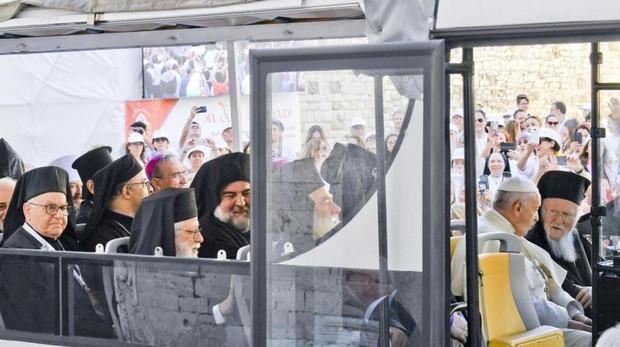 El Papa junto a los patriarcas y líderes de las Iglesias cristianas de Oriente Medio en Bari (Italia)