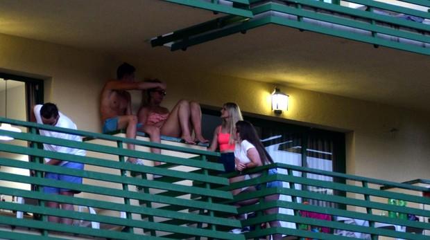 Jovenes en las terrazas de un edificio en Magaluf.