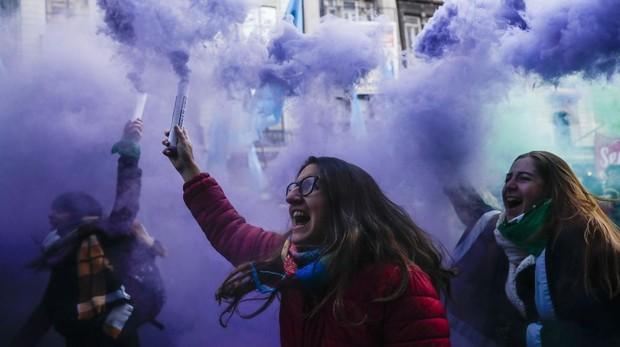 Mujeres festejan la aprobación de la despenalización del aborto por parte de la Cámara de Diputados el pasado 14 de junio