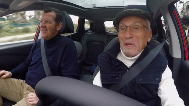Paco Costas mientras conduce