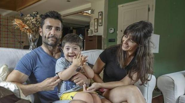 Alejandro posa sonriente ejunto a sus padres, Silvia y Alejandro