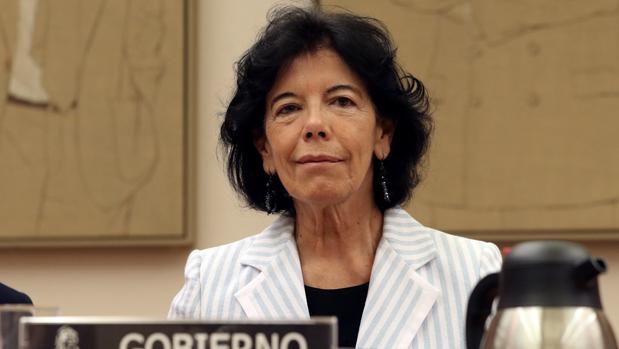 La ministra de Educación, Isabel Celaá, durante su comparecencia parlamentaria