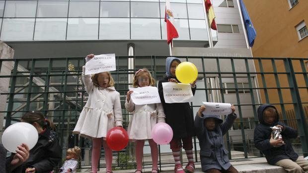 Alumnos del colegio Torrevelo (Cantabria), durante una protesta a las puertas del centro en 2009