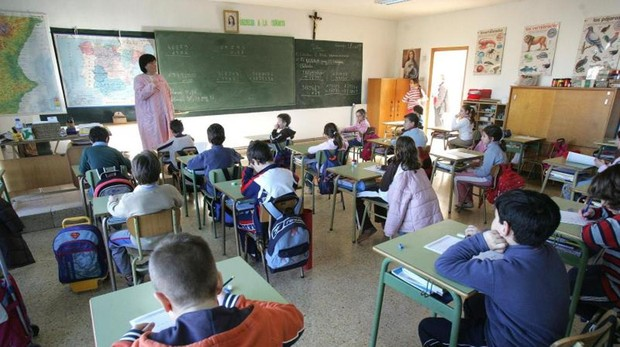 Aula de colegio católico con niños en clase