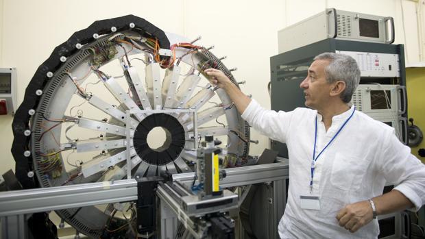 Miguel Ángel Morcillo mostrando el interior del tomógrafo PET/CT