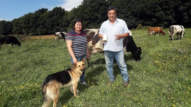 Antonio y Beti cuidan de sus vacas en Lalín, Pontevedra