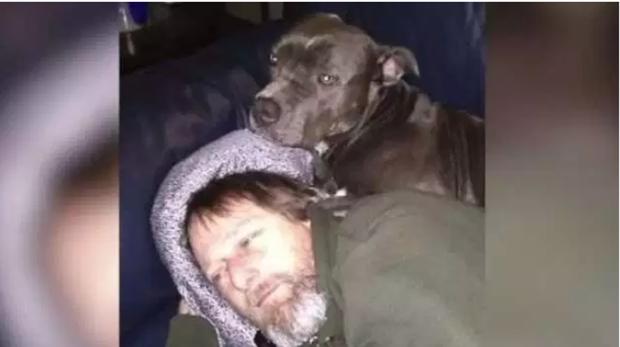 Manteufel junto con «Ellie», el perro que le provocó la infección