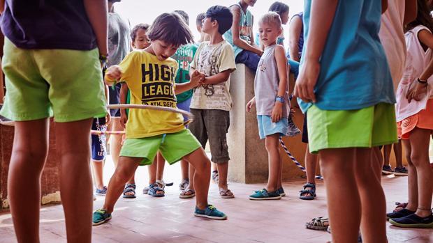 Un grupo de niños disfrutan del verano en una colonia urbana