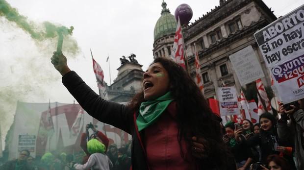 El Senado argentino vota dividido la ley del aborto
