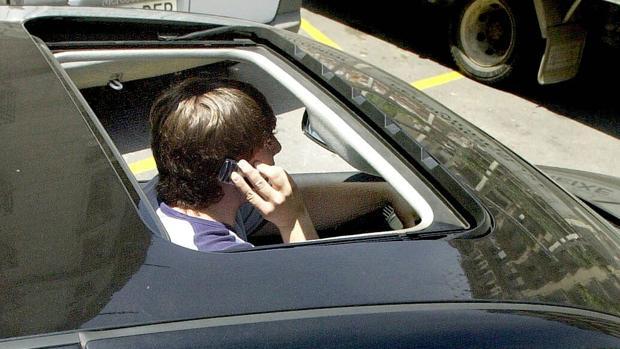El RACE ve «desproporcionado» que los conductores respondan con su patrimonio por usar el móvil