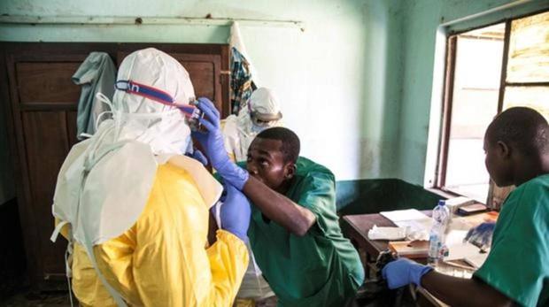 Un trabajador sanitario se prepara para atender pacientes de ébola