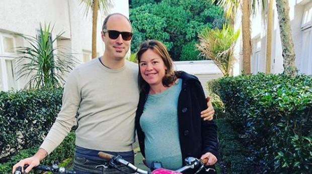 Julie Genter y su pareja antes de empezar el viaje en bicicleta camino al hospital
