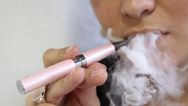 Imagen de una mujer fumando un cigarrillo electrónico